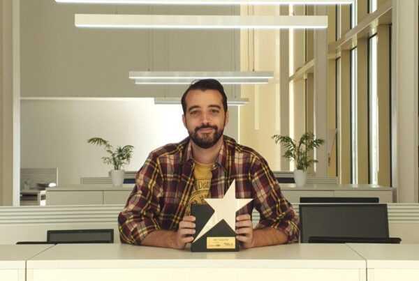 Pedro M Lozano, con el premio a mejor canal Youtube de Looije